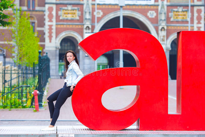 Ung härlig flicka som går i europeisk stad fotografering för bildbyråer