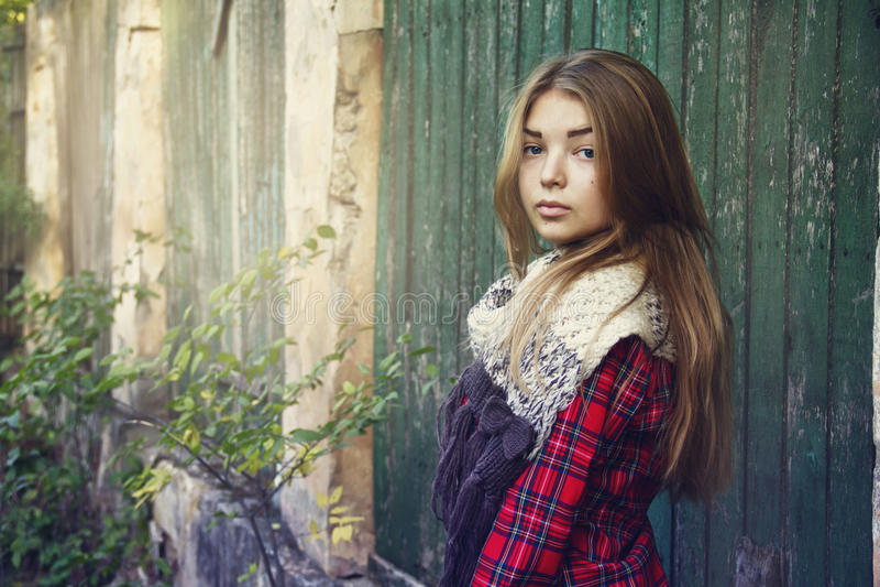 Ung härlig flicka som går i parkera royaltyfri fotografi