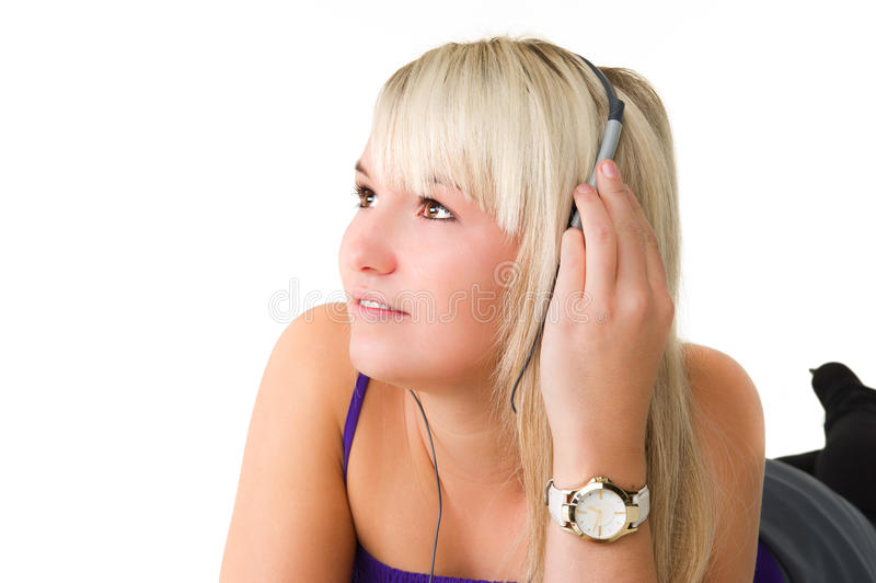 Ung härlig flicka som lyssnar till musik arkivfoto