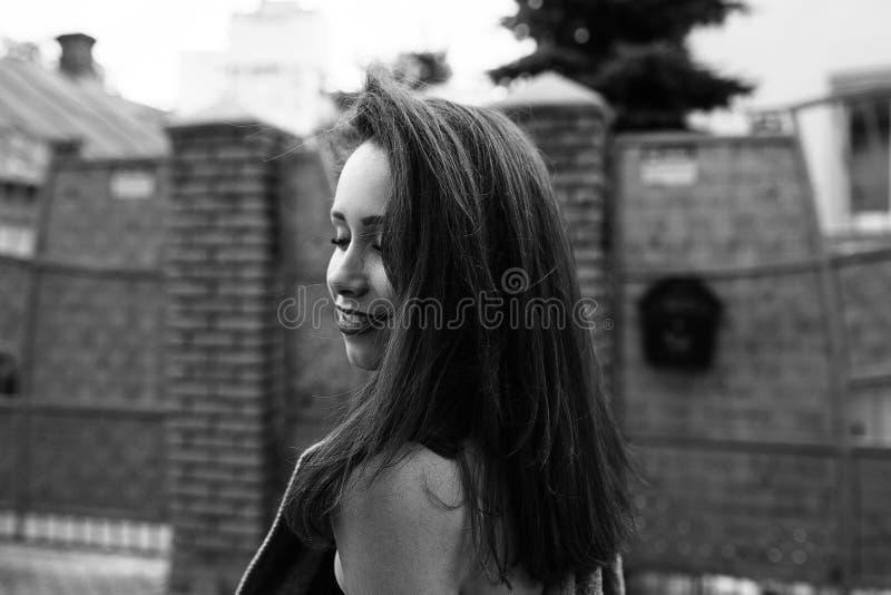 Ung härlig flicka som utanför går royaltyfri fotografi