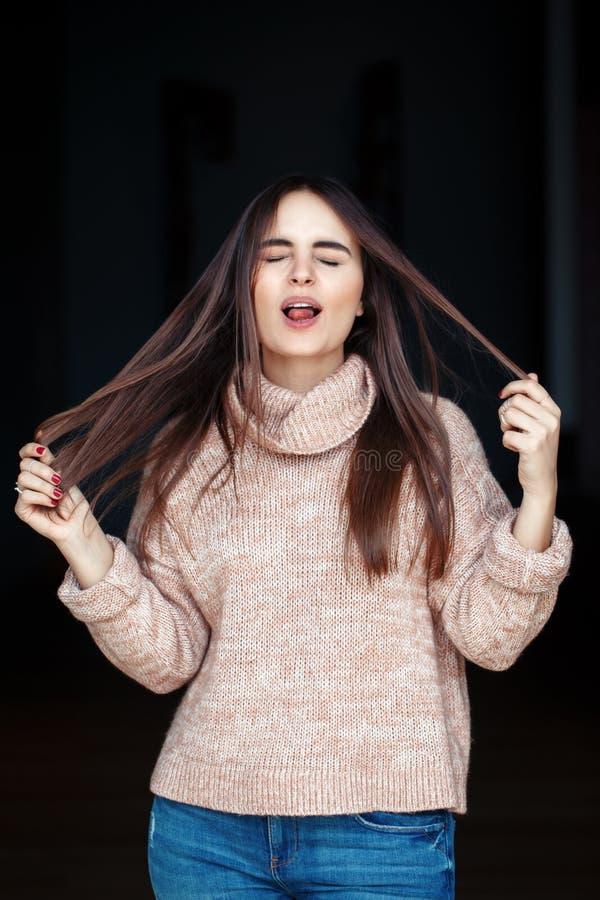 Ung härlig flickakvinna för rolig vit Caucasian brunett med långt mörkt hår arkivfoton