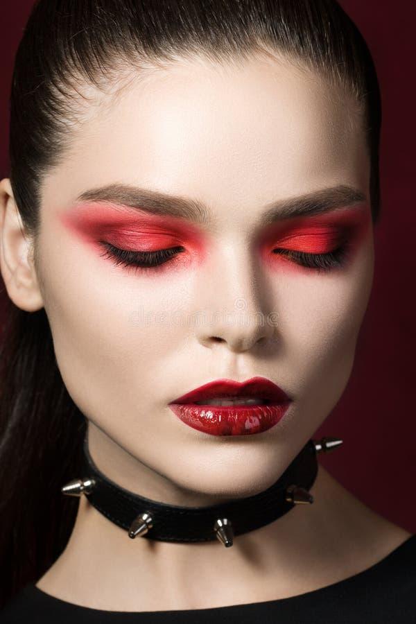 Ung härlig gotisk kvinna med röda kanter fotografering för bildbyråer