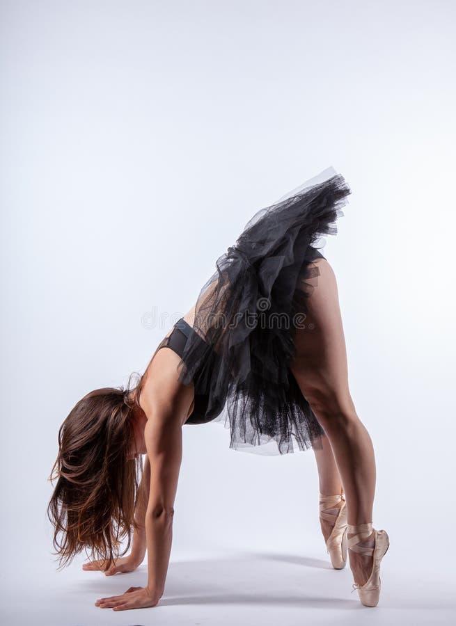Ung härlig gravid ballerina med den svarta klänningen royaltyfria foton