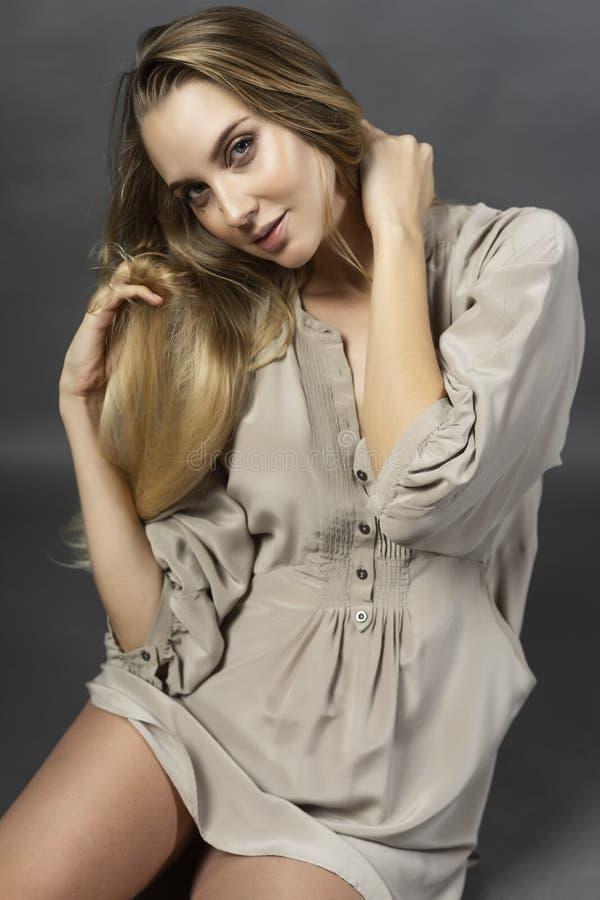 Ung härlig gravid långbent blond kvinna som bär en kort ligh royaltyfri bild
