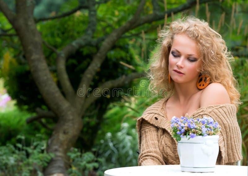 Ung härlig kvinna fotografering för bildbyråer