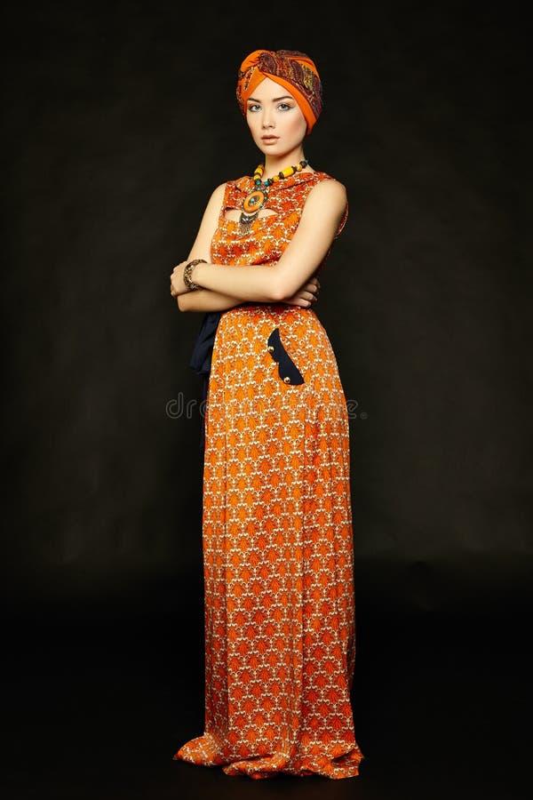 Ung härlig kvinna för stående med halsbandet royaltyfri fotografi