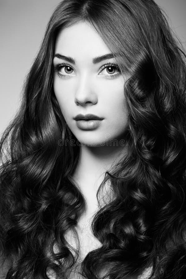 Ung härlig kvinna för stående med lockigt hår arkivfoton