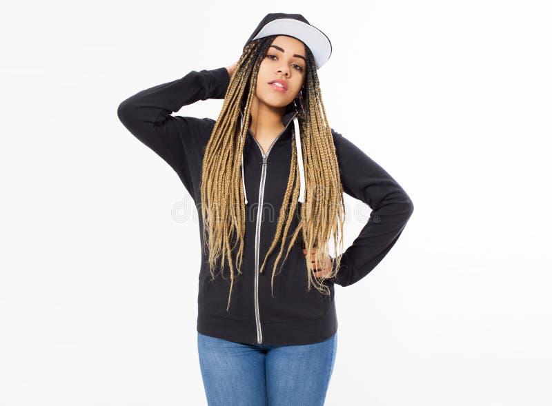 Ung härlig kvinna - hipster i den svarta tröjan som poserar på vit bakgrund, kopieringsutrymme royaltyfri foto