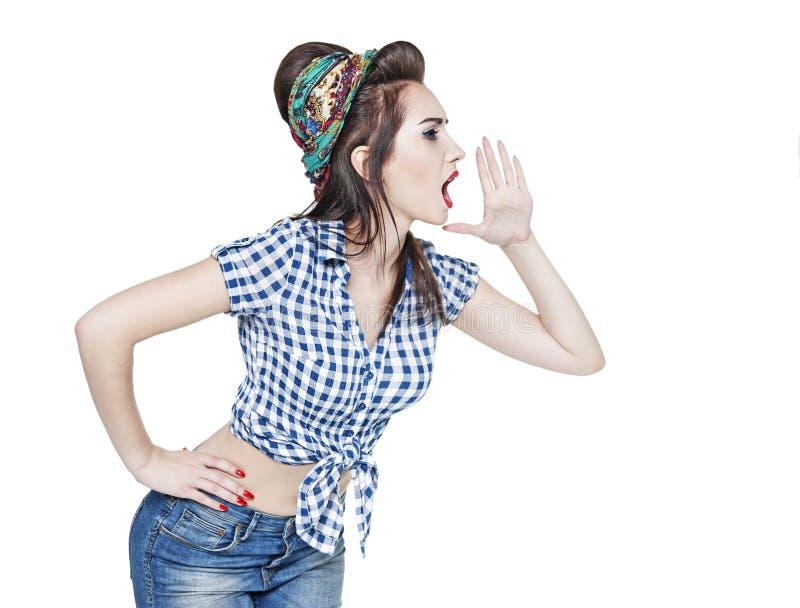 Ung härlig kvinna i övre stil för retro stift som ropar med hennes mummel arkivbild