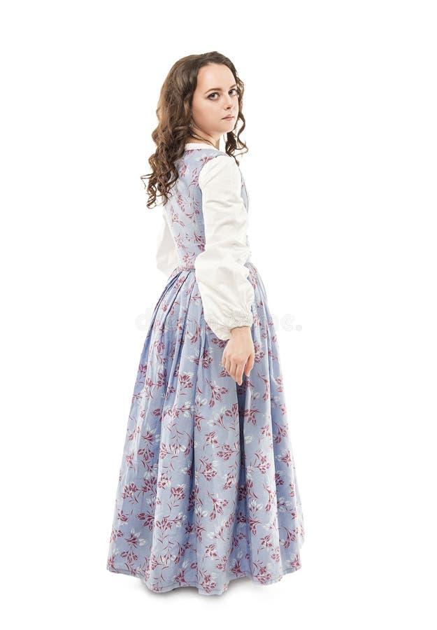 Ung härlig kvinna i den isolerade långa medeltida klänningen arkivfoton