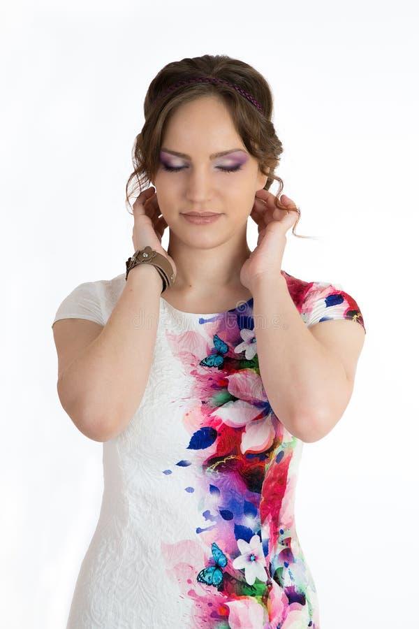 Ung härlig kvinna i den vita klänningen som isoleras över vit royaltyfri bild