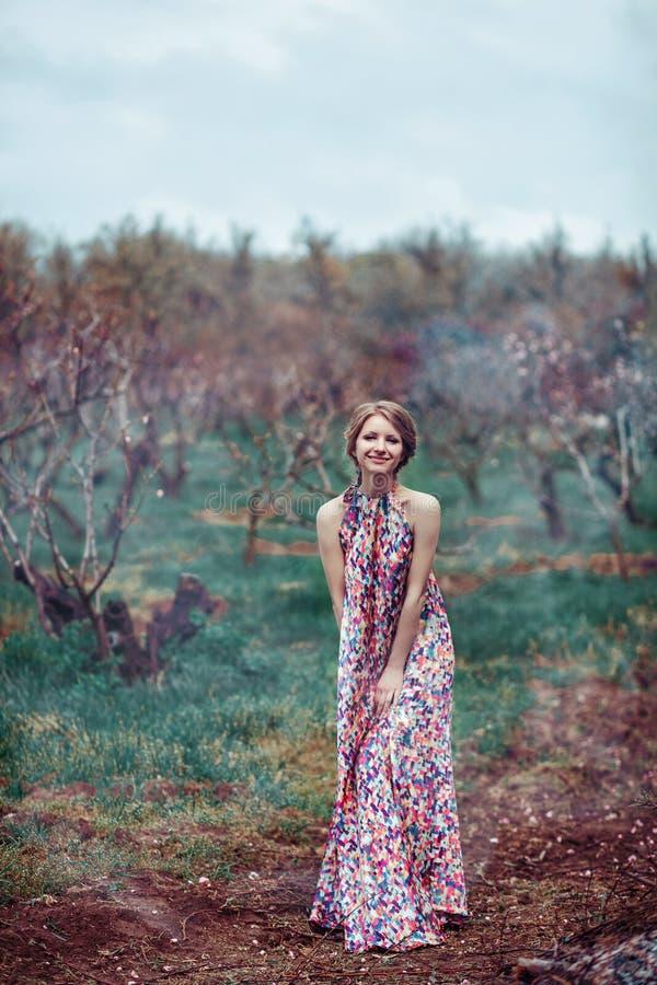 Ung härlig kvinna i en rosa klänning i den dimmiga skogsagan, fantasi, legend fotografering för bildbyråer