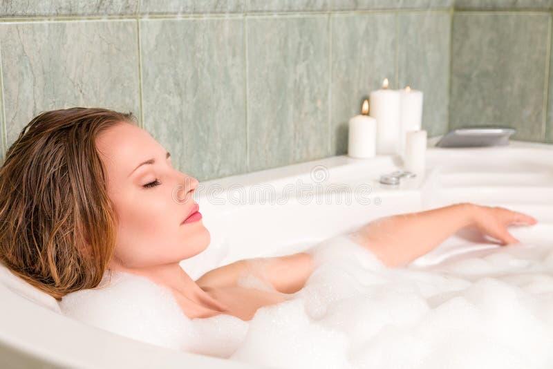 Ung härlig kvinna i ett bad royaltyfri foto
