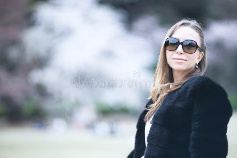 Ung härlig kvinna i ett pälsomslag royaltyfria bilder