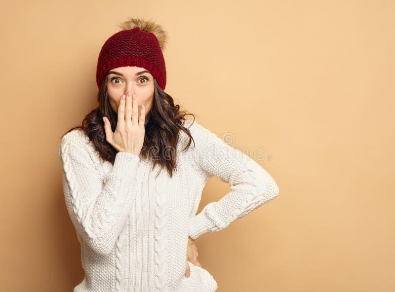Ung härlig kvinna i förvånad vinterkläder royaltyfria foton