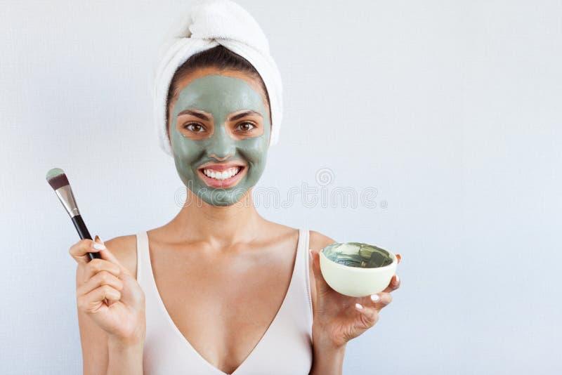 Ung härlig kvinna i framsidamaskering av terapeutisk blå gyttja Spa fotografering för bildbyråer