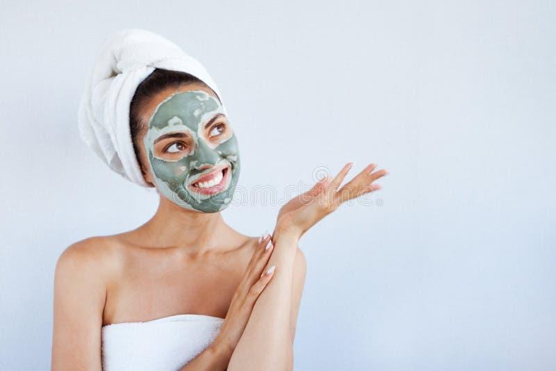 Ung härlig kvinna i framsidamaskering av terapeutisk blå gyttja Spa royaltyfria bilder