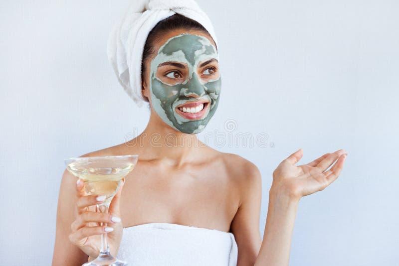 Ung härlig kvinna i framsidamaskering av terapeutisk blå gyttja Spa arkivfoto