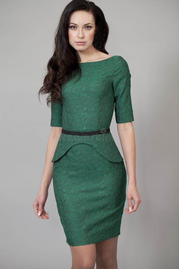 Download Ung Härlig Kvinna I Grön Klänning Fotografering för Bildbyråer - Bild av klänning, afton: 37346219