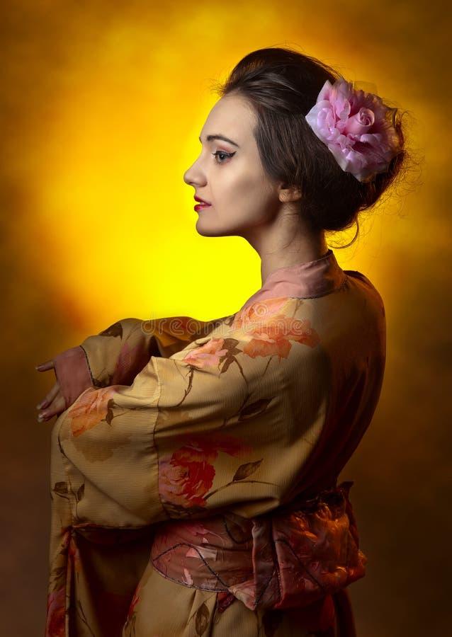 Ung härlig kvinna i japansk kimono fotografering för bildbyråer