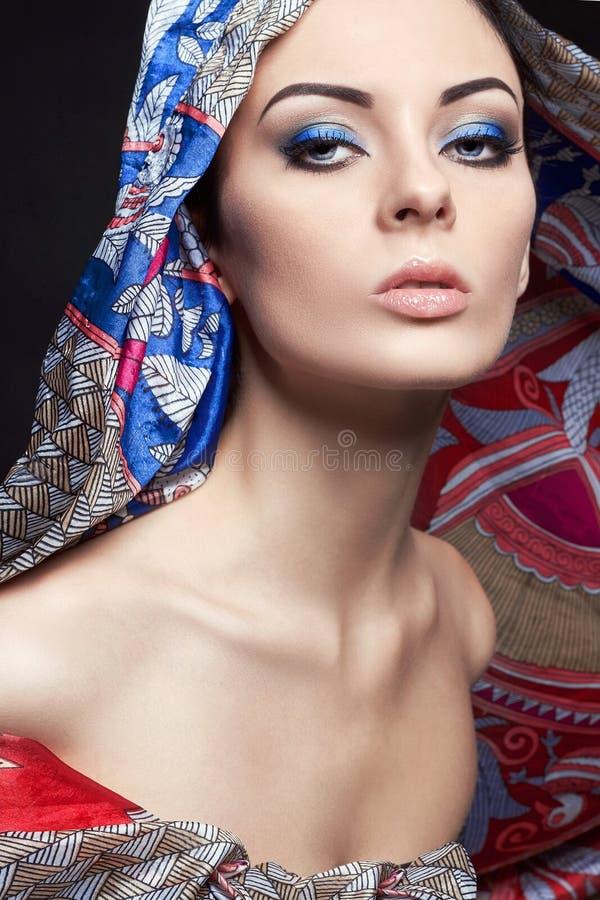 Ung härlig kvinna i kulör huv arkivfoton