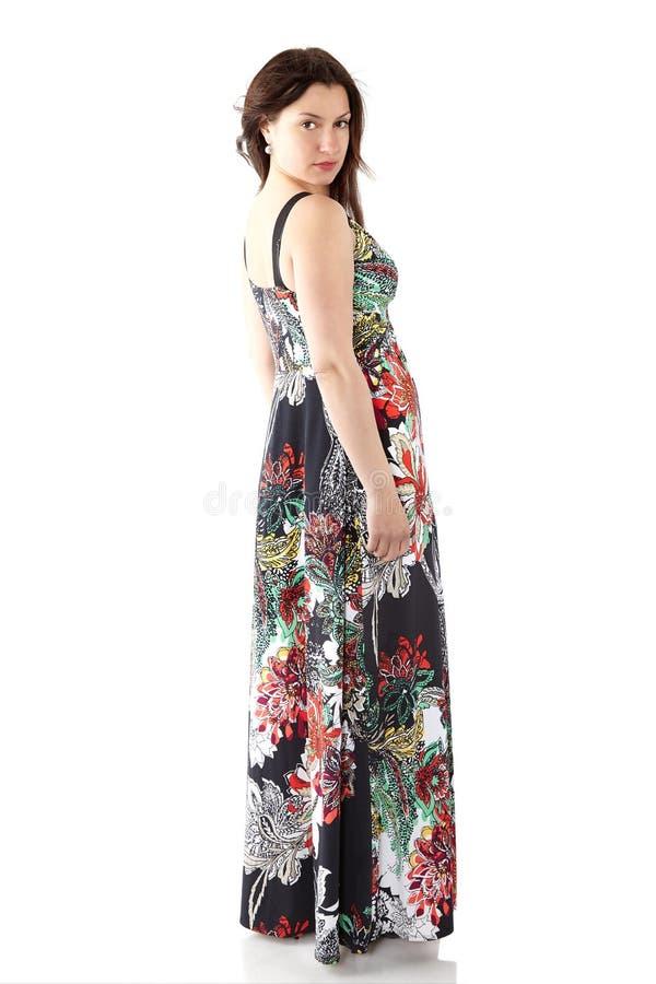 Ung härlig kvinna i sundress med den färgrika blommamodellen royaltyfri fotografi