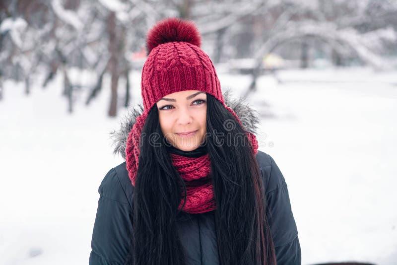 Ung härlig kvinna i svart omslag och ljus stucken hatt med halsduken royaltyfria foton