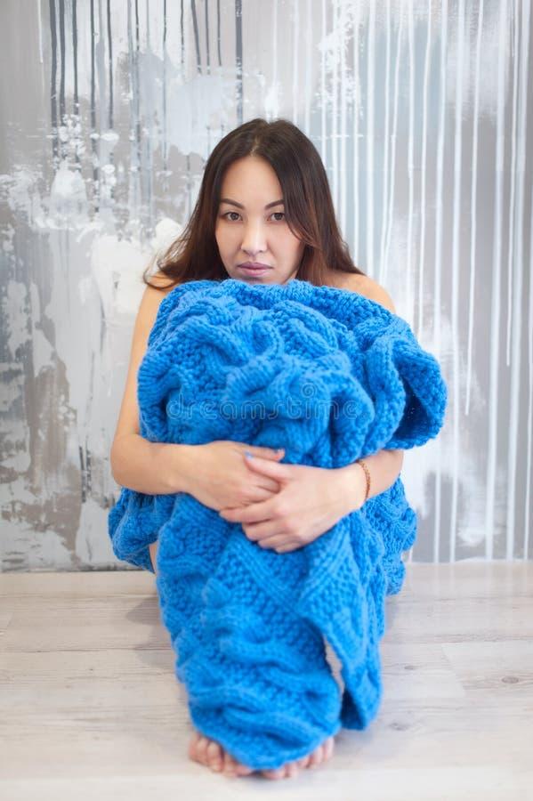 Ung härlig kvinna i varm stucken handgjord pläd hemma arkivfoton