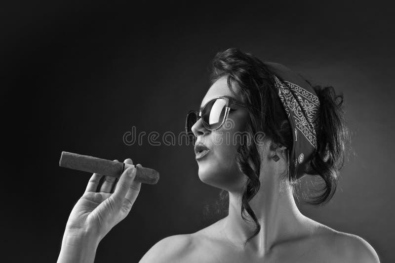 Ung härlig kvinna med cigarren fotografering för bildbyråer