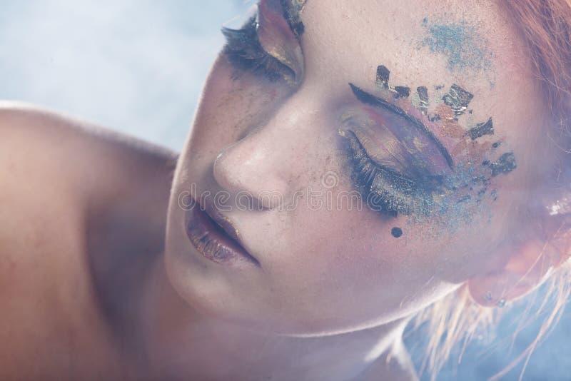 Ung härlig kvinna med färgrikt ljust smink arkivfoton