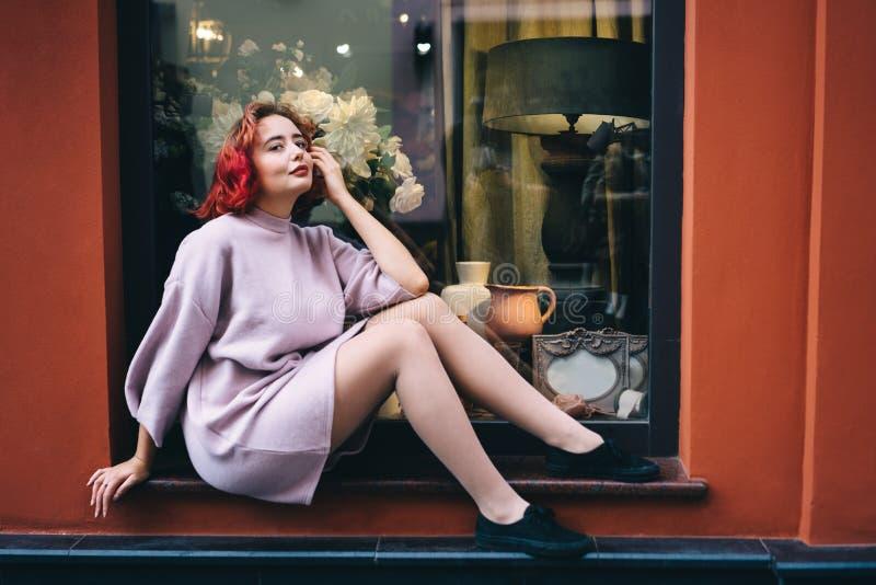 Ung härlig kvinna med kort rosa hår royaltyfri bild