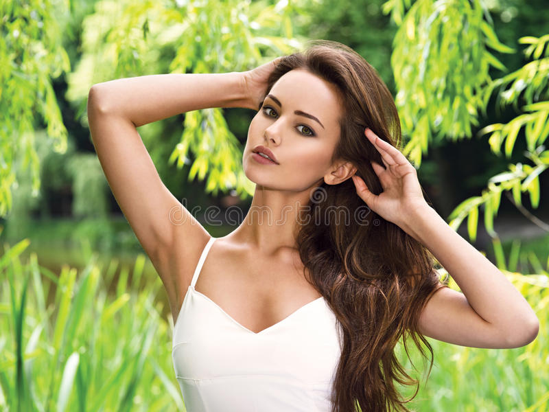 Ung härlig kvinna med långa hår utomhus royaltyfri bild