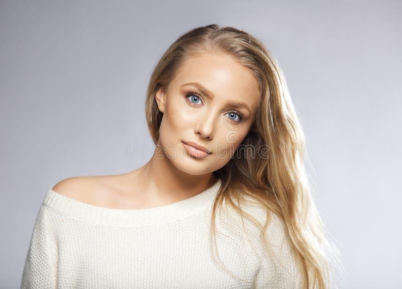 Ung härlig kvinna med långt hår och blåa ögon arkivbilder