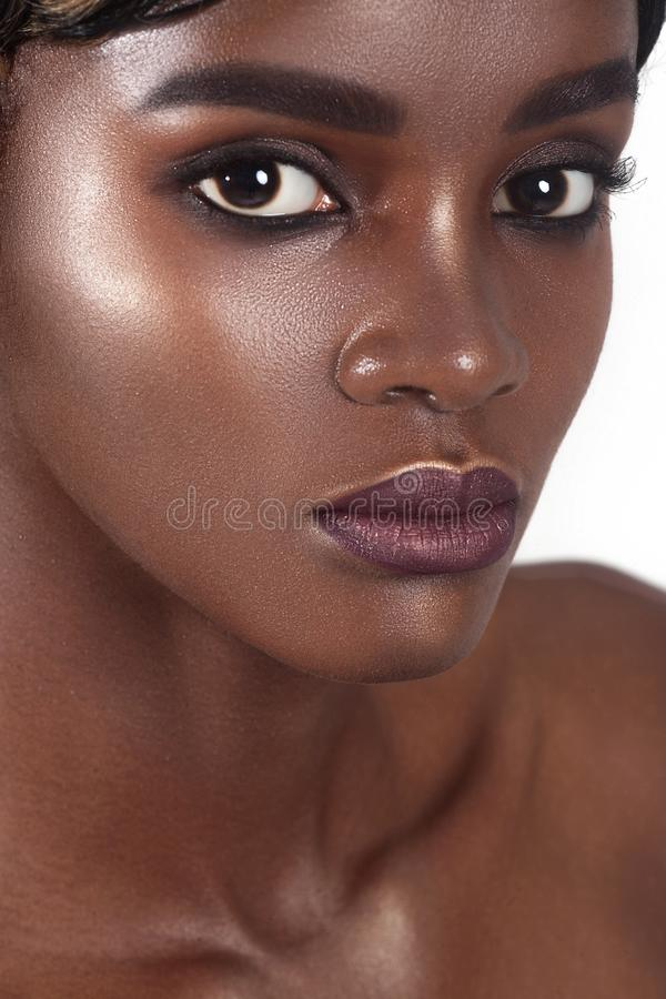 Ung härlig kvinna med perfekt hudsmink för rengöring arkivfoto