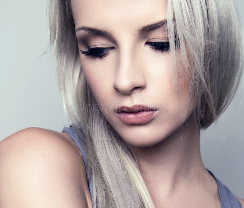 Ung härlig kvinna med prickfri hud och perfekt smink- och brunthår royaltyfri foto