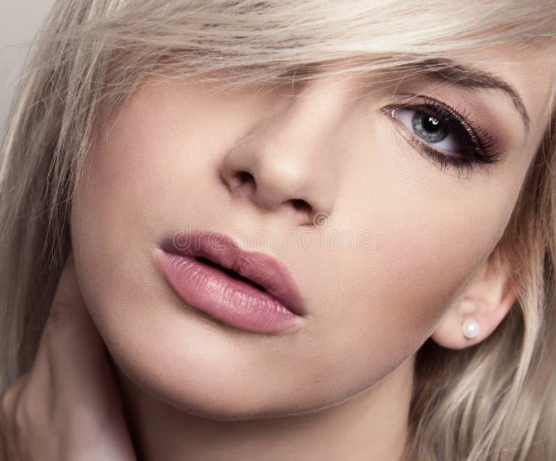 Ung härlig kvinna med prickfri hud och perfekt smink- och brunthår royaltyfria foton