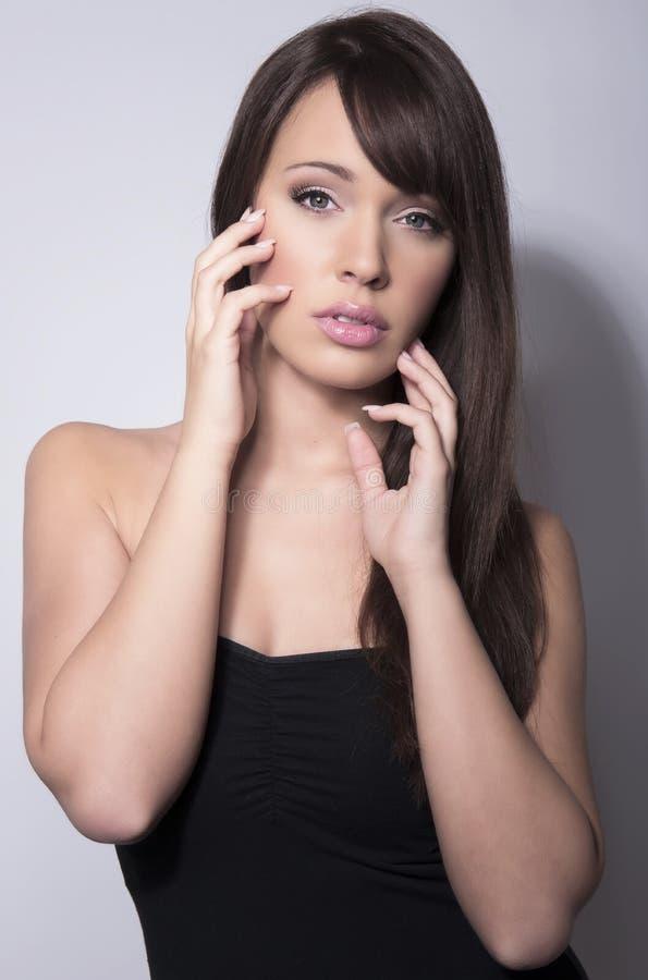 Ung härlig kvinna med prickfri hud och perfekt smink- och brunthår fotografering för bildbyråer