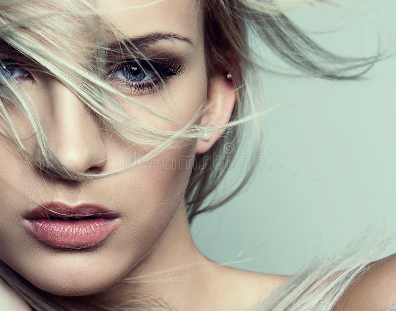 Ung härlig kvinna med prickfri hud och perfekt smink- och brunthår royaltyfria bilder