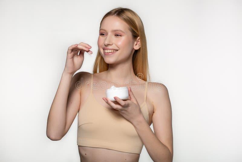 Ung h?rlig kvinna med ren ny hud som bort ser Omsorg f?r flickask?nhetframsida Cosmetology, sk?nhet och brunnsort studio royaltyfri fotografi