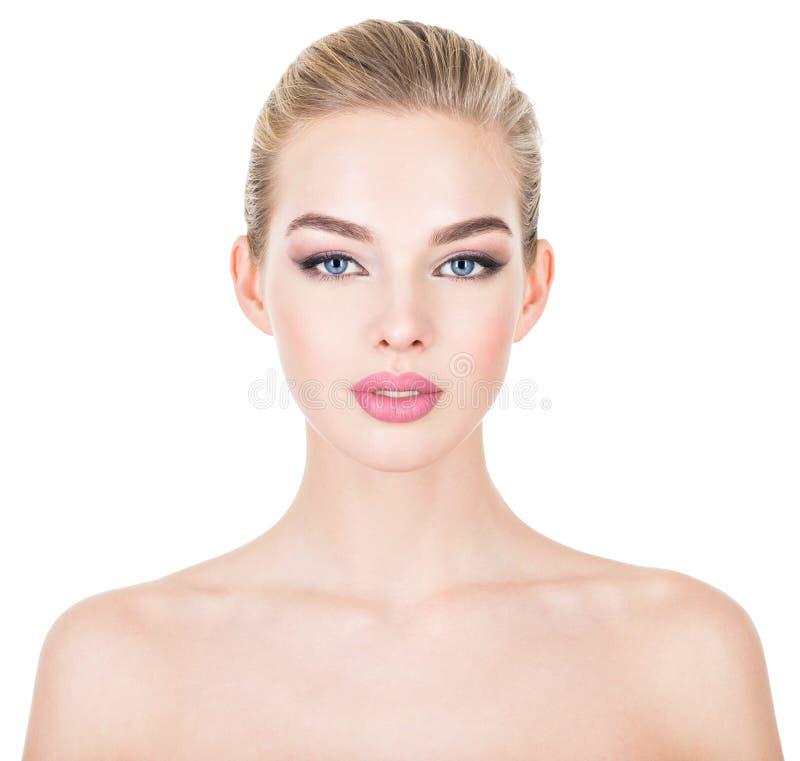 Ung härlig kvinna med vård- hud av en framsida royaltyfri foto