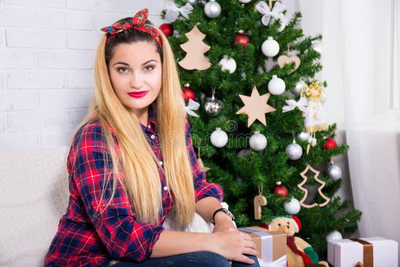 Ung härlig kvinna och dekorerad julgran royaltyfria bilder