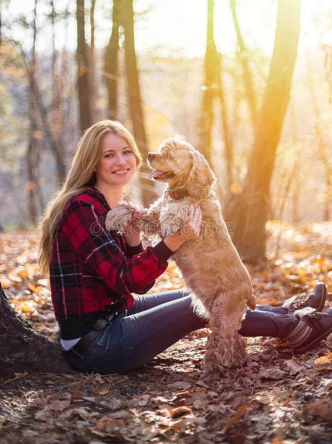 Ung härlig kvinna och hennes hund (amerikansk cockerspaniel arkivbild