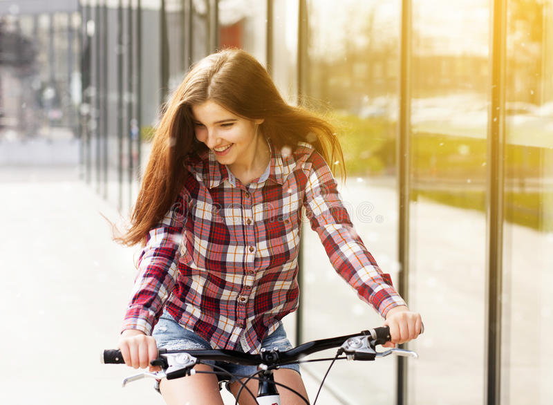 Ung härlig kvinna på en cykel royaltyfri fotografi
