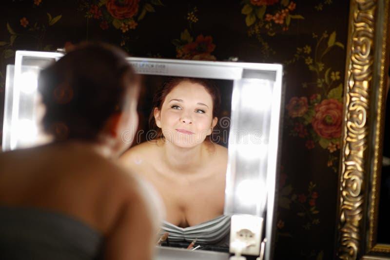 Ung härlig kvinna på en sminkstudio royaltyfria foton