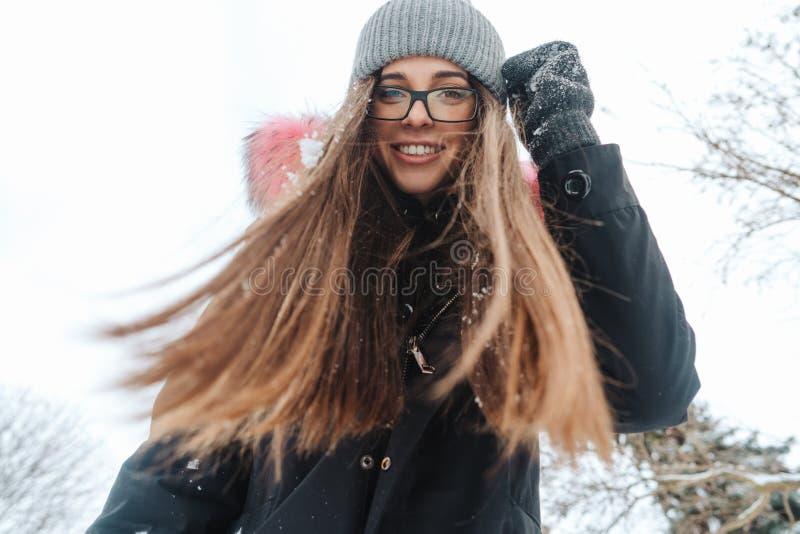 Ung härlig kvinna på vinterstaden arkivfoto