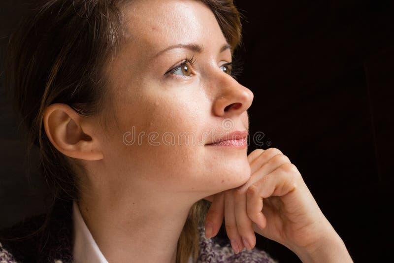 Ung härlig kvinna som bort ser och drömmer Nätt flicka med bruna ögon som tänker closeupen Dagdrömma begrepp arkivbilder