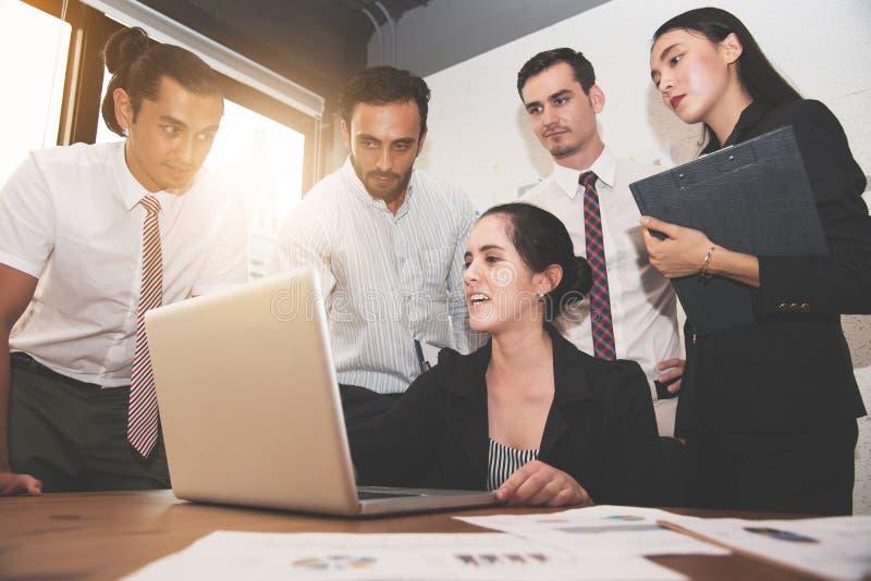 Ung härlig kvinna som diskuterar till affärsfolk med bärbara datorn royaltyfria foton