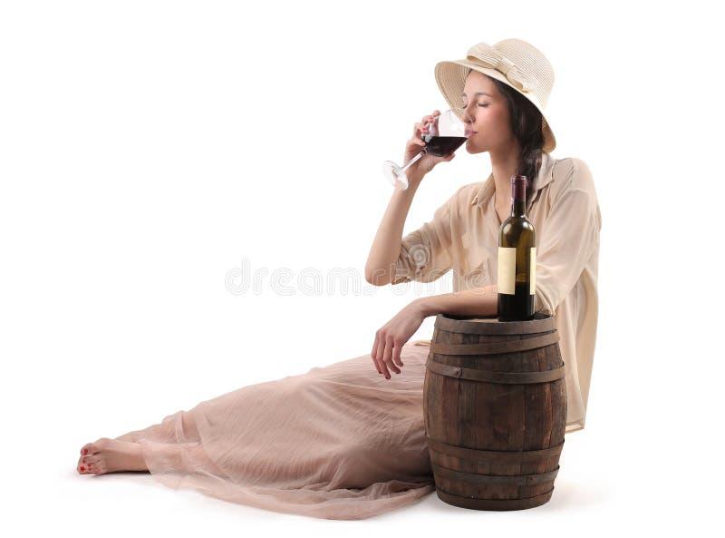 Ung härlig kvinna som dricker ett exponeringsglas av vin royaltyfri bild