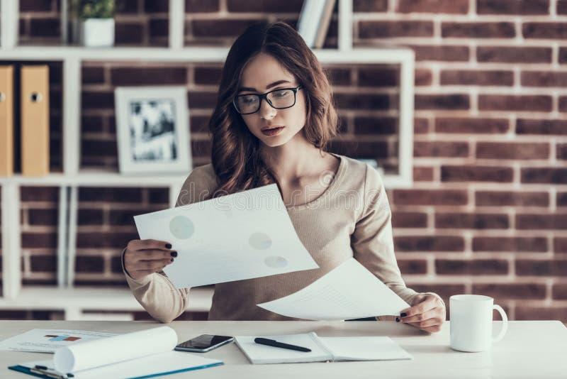Ung härlig kvinna som förargas med skrivbordsarbete royaltyfri bild