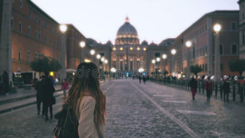 Ung härlig kvinna som går i piazza di spagna i Rome, Italien Flickan går till helgonet Peter Cathedral långsam rörelse royaltyfri foto